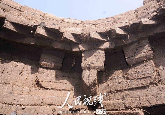 该墓葬为六边形仿木结构,内有三角形烛台,长方形窗棂等仿木砖雕.