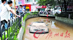 龙口西路某小区,一辆车漂在水面上。记者黄澄锋 摄