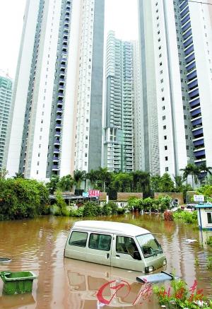 珠江新城海居路与海安路交界处冼村街保安中队住所被水淹。  记者庄小龙 实习生卢奕城 摄