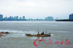 受暴雨影响,北江今年首次超警戒水位。