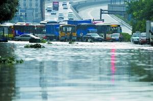 路面水浸,变成一片汪洋。记者王燕摄