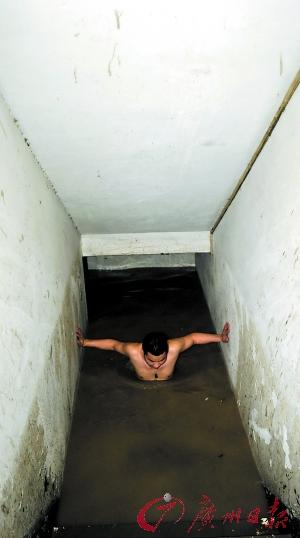 金穗大厦通道被淹,保安潜水逃生。记者王燕摄