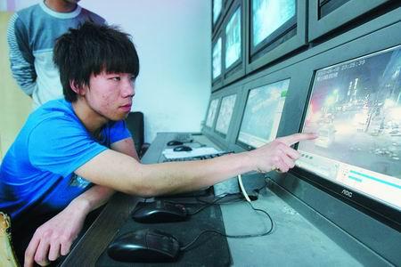 人民网:郑州一派出所随意抓人虐待人 给送烟才放人