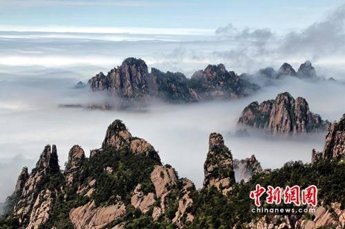 安徽黄山风景区阵雨初晴 惊现瀑布云奇观