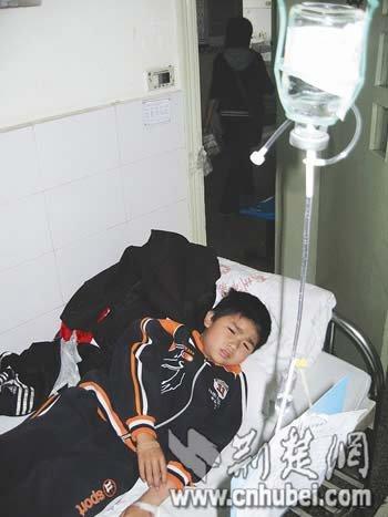 图为:一名儿童正在住院治疗