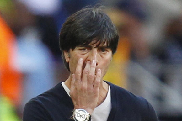 德国队/世界杯上,德国队主教练勒夫在观看比赛期间抠吃鼻屎的镜头被...