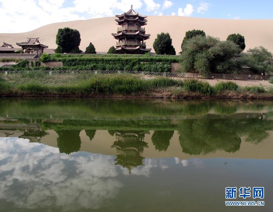 """2010年7月16日 敦煌生态治理初现成效 """"沙漠奇观""""月牙泉水位回升敦煌月牙泉目前最大水深1.8米,景色迷人(7月16日摄)。"""