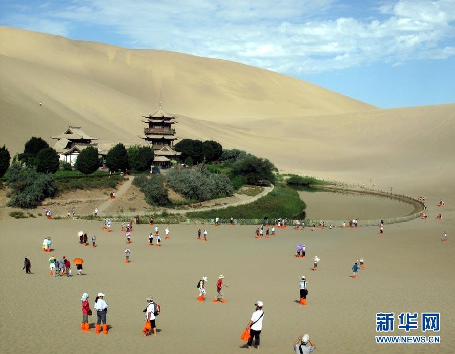 7月16日,神奇的敦煌月牙泉美景吸引了众多海内外游客。