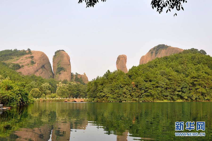 7月27日拍摄的江西龟峰丹霞地貌景观。