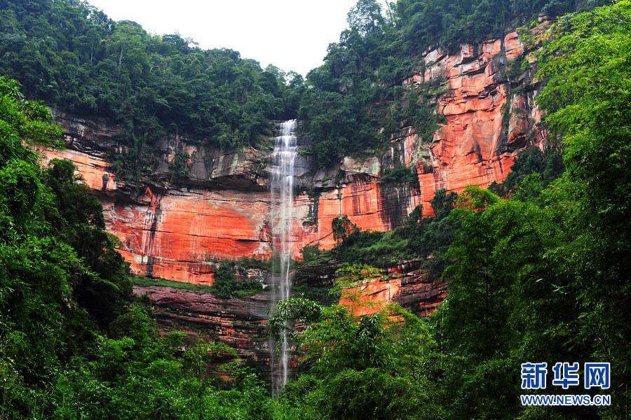 在贵州赤水拍摄的丹霞地貌风光景观。(2009年10月4日摄)