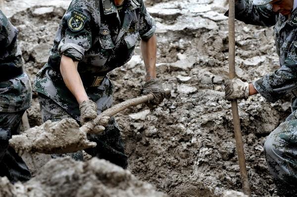 8月12日, 解放军战士正在泥石流现场进行搜救挖掘工作.-战士的手