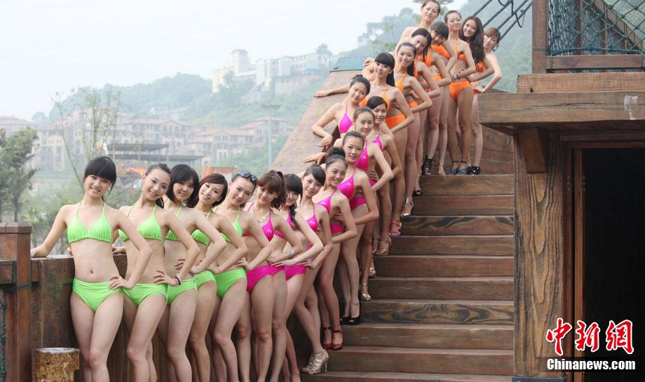 组图:重庆美女争选侨乡丽人穿比基尼水上斗艳