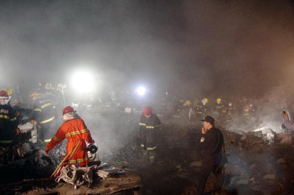 救援人员在飞机失事现场搜寻幸存者