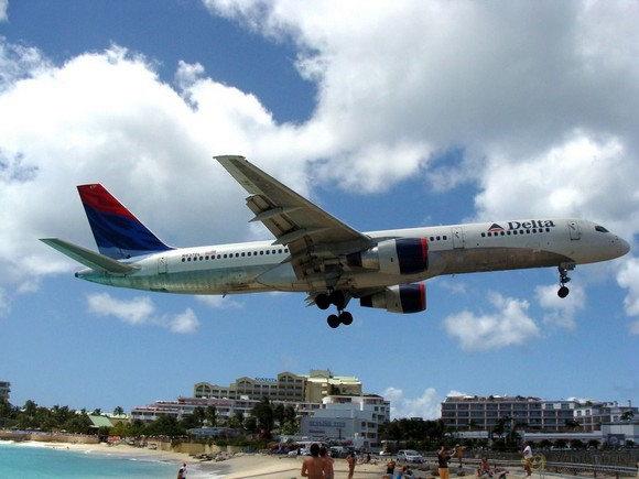 这次驶过的是美国达美航空公司的飞机