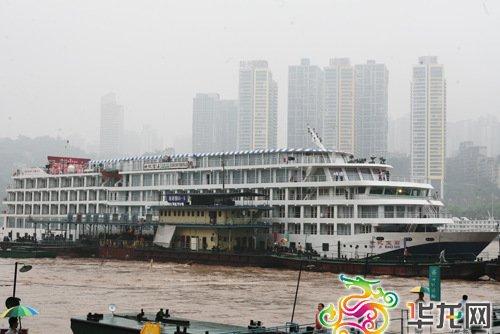 重庆造价1亿游轮在朝天门码头下水首航图片