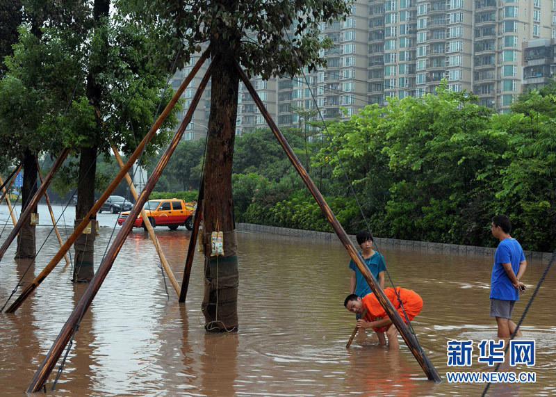 在疏通广州市海珠区一条被强降雨淹没的马路的下水道