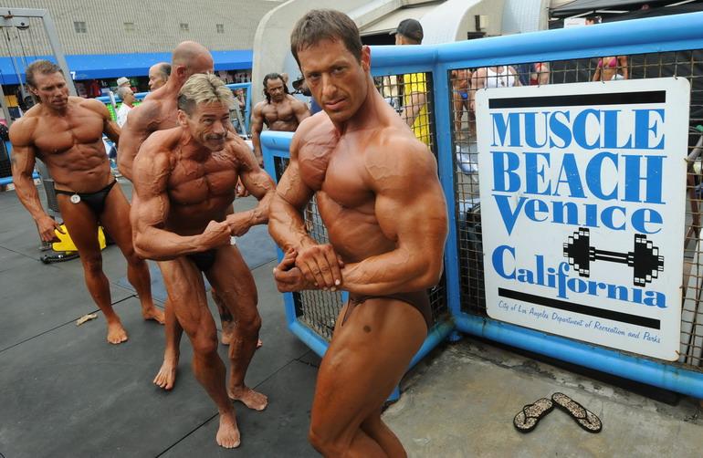 高清:美国健美大赛 健硕美女海滩秀肌肉