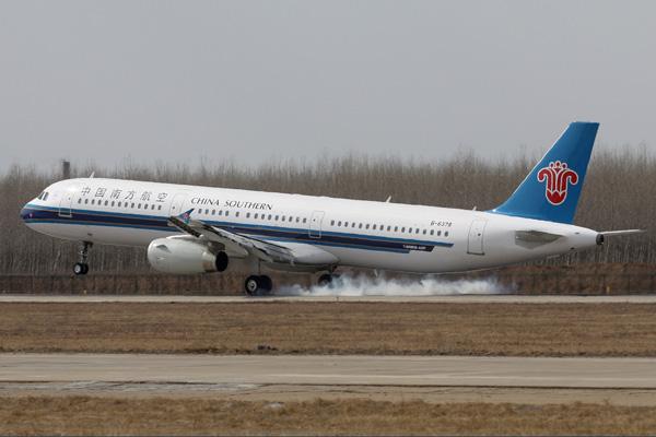 广州白云机场内南方航空一架空客飞机货仓起火