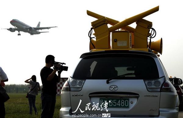 鸟装备的综合驱鸟车上空飞过 郑重声明 凡带有 人民视线 字样