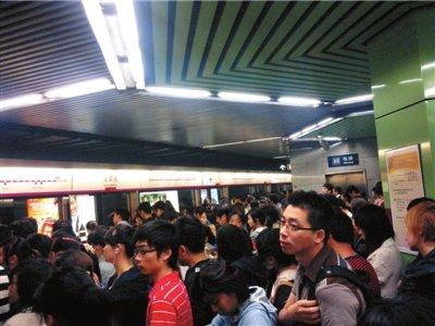 昨天上午,数百名乘客滞留在蒲黄榆站。读者供图