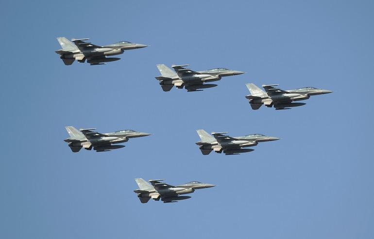 9月19日,智利空军战斗机编队参加在首都圣地亚哥举行的阅兵仪式.