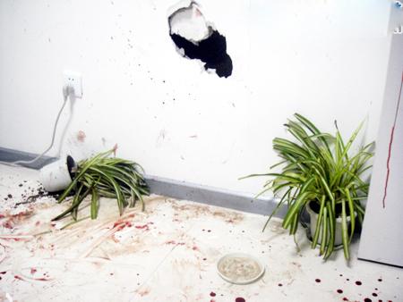 城管办公室的墙壁被砸出大洞