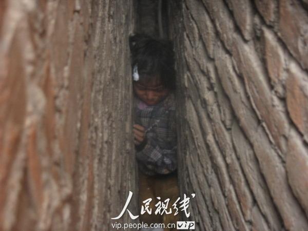贵州黔西7岁女孩贪玩被卡两墙中间