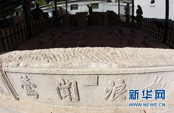 9月27日,游人在参观回归文物展。