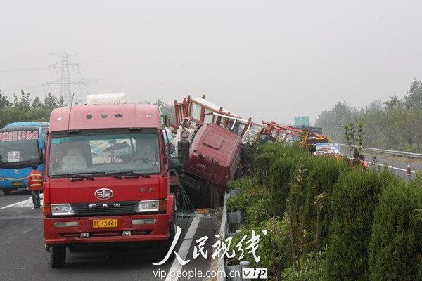 2010年10月18日,一辆大卡车侧翻出反方向高速路面。