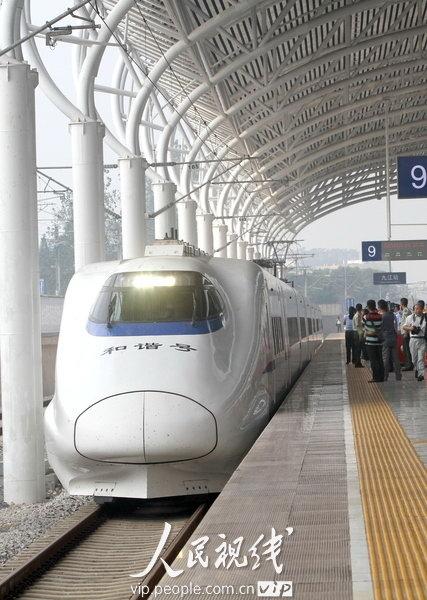 九江的昌九城际高铁动车组正缓缓驶入九江站.何光/摄-我国开始研