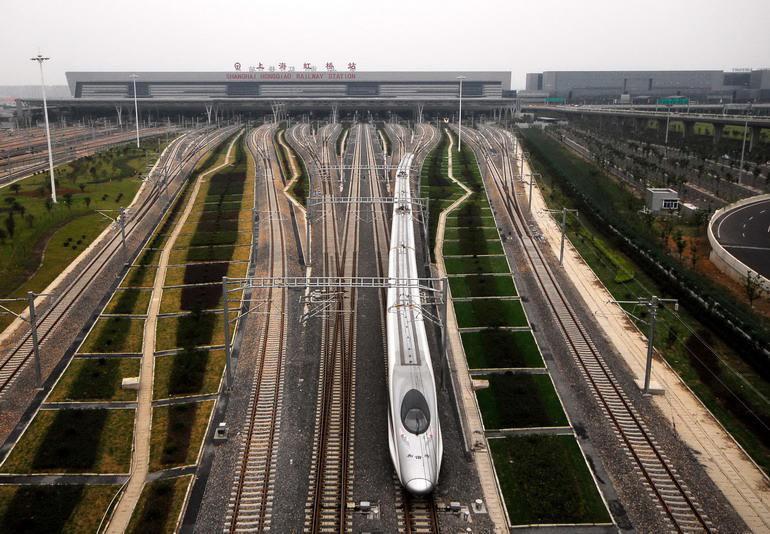 沪杭高铁上海虹桥站将于本月底正式启用,届时沪杭高铁将同步开通运营。据介绍,铁路上海虹桥站作为沪杭高铁起始站,启用后将与沪宁高铁、虹桥机场第二航站楼等实现零换乘。沪杭高铁连接上海、杭州两大城市,全长202公里,设计时速350公里。 新华社发(钮一新 摄)
