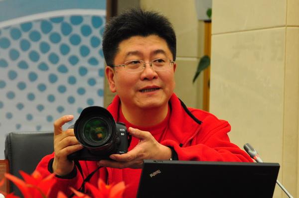 新华社《摄影世界》杂志社总编辑李根兴正在讲课.