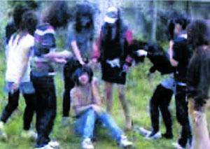 11人聚众猥亵初中手机强行脱衣女生拍摄全过小学英语假期作业布置图片