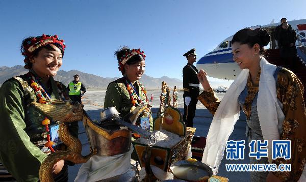 10月30日,在西藏日喀则机场,工作人员用美酒欢迎空姐次仁央金(右).
