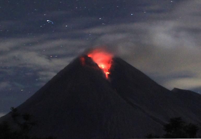 高清:印尼默拉皮火山连续3天喷发炽热烟灰