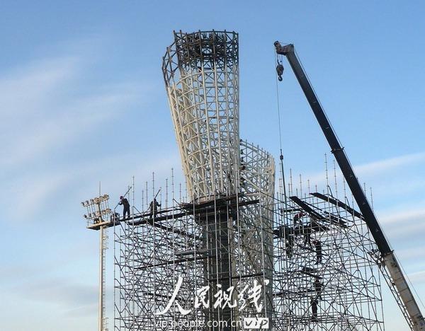 2010年12月8日,北京,鸟巢东北侧的火炬广场,施工人员正在奥