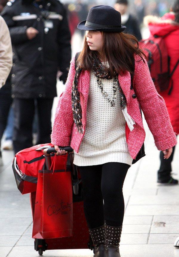 火车站广场拉着行李箱匆